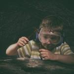 kleiner hobby-geologe in der höhle